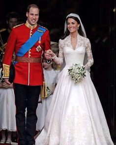 Друзья не хотите в Букенгемский дворец? Резиденция британских монархов открывает двери для всех кто хочет еще раз восхититься королевской роскошью. Букингемский дворец выставляет сокровища. Центральное место в экспозиции заняло платье в котором Кейт Миддлтон выходила замуж за принца Вильяма/  Для свадебного платья герцогини Кэтрин и целого зала мало. Ни один наряд королевы не выставляли в Букингемском дворце в гордом одиночестве. Это платье цвета слоновой кости узнают во всем мире. Миллионы…