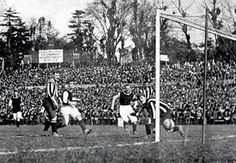 Harry Hampton, Aston Villa ( Vs Newcastle) scores one of his two goals in the 1905 FA Cup Final, Crystal Palace Ground. First Football, School Football, Football Cards, Aston Villa Fc, West Ham United Fc, Newcastle United Fc, Bristol Rovers, English Games, Fa Cup Final