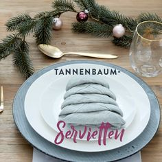 We show you how quickly you can conjure up a little eye-catcher for the big Christmas dinner. You can find suitable napkins for this DIY at Wes Christmas Tree Napkins, Cute Christmas Tree, Christmas Table Settings, Christmas Table Decorations, Modern Christmas, Decoration Table, Christmas Time, Skandinavisch Modern, Do It Yourself Decorating