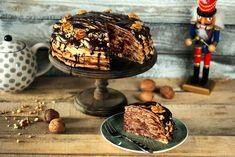 Van egy olyan fura fétisünk, hogy szeretünk mindenből tortát csinálni, ami finom :D Nem volt ez másképp a Gundel palacsintával sem… Ha ti is szeretitek ezt a zseniális magyar édességet rumos diókrémmel és extra csokiöntettel, akkor gyártsatok belőle 20 darabot és alkossatok belőle tortát! Higgyétek el, megéri! :P Pancake Muffins, Pancakes, Crepes, Deserts, Food And Drink, Cooking Recipes, Cookies, Baking, Breakfast
