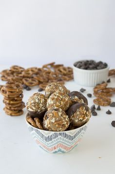 Craving cookies, but don't want to wait for them to bake? Then check out these No Bake Chocolate Dipped Cookie Dough Pretzel Bites. Your whole family will love this incredible, salty-sweet dessert recipe. Sweet Desserts, Easy Desserts, Sweet Recipes, Delicious Desserts, Yummy Snacks, Yummy Treats, Sweet Treats, Yummy Food, Tasty