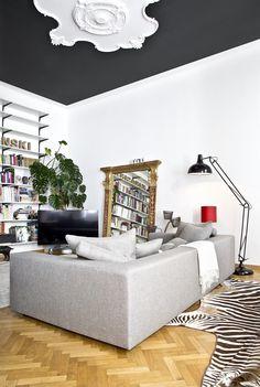 Im Wohnzimmer Von Laura Karasinski Gibt Es So Viel Zu Entdecken. Ein  Modernes Graues Sofa