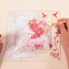 Pour une vaisselle personnalisée et unique, suivez ce tutoriel vidéo et réalisez des assiettes originales à l'aide de serviettes en papier. ...