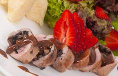 Roll de cerdo y portobello con salsa cremosa teriyaki: El delicioso sabor del cerdo y portobellos en salsa teriyaki, con una ensalada exquisita de mago, uchuva, fresas y menta, perfectamente acompañados con un delicioso puré de papá con un sutil toque de nuez moscada.