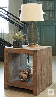 Comme table d'appoint ou de chevet cette table en bois convient à tous les décors.
