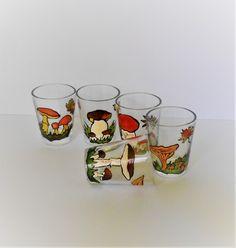 Pro houbaře lesní hříbek panák křemenáč panáky štamprlata malovaná štamprdlata s houbami pro houbaře obrázky hub houbové Hub, Shot Glass, Tableware, Dinnerware, Tablewares, Dishes, Place Settings, Shot Glasses