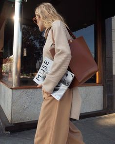 Casual look with a beautiful leather bag Mode Outfits, Fall Outfits, Fashion Outfits, Womens Fashion, Fashion Trends, Fashion 2017, Catwalk Fashion, 90s Fashion, Latest Fashion