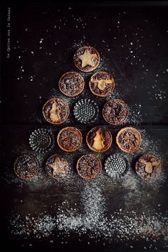 tartlets and mince pies - look delicious! Noel Christmas, Christmas Baking, Winter Christmas, Christmas Cookies, Xmas, Black Christmas, Magical Christmas, Christmas Treats, Food Photography Styling