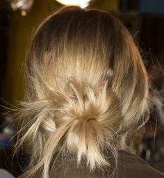 Le chignon bas flou, tendance coiffure