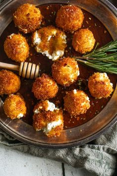 Artichoke and Goat Cheese Bites - 50 pieces per tray Crab Stuffed Mushrooms. These stuffed mushrooms are a piece of food heaven with a perfect combination of cream cheese, herbs, crab meat, and grated Parmesan cheese. Think Food, Love Food, Fingers Food, Vegetarian Recipes, Cooking Recipes, Cooking Games, Cooking Classes, Vegetarian Cooking, Easy Recipes