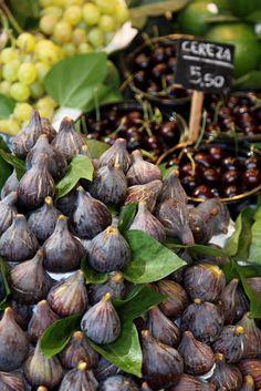 Figs at Mercado La Boquería (Barcelona, Spain) - Photo ©flydime Fresco, Fig Recipes, Edible Garden, Belleza Natural, Fresh Fruit, Fresh Figs, Food Design, Fruits And Vegetables, Farmers Market