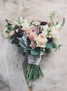 Romantic moody wedding bouquet | Photography: Michael and Carina Photography