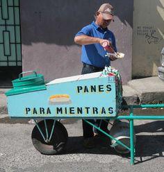 """Venta ambulante de hot dogs, llamada """"Para Mientras"""", en la ciudad de Chalatenango. Foto de José Cardona."""