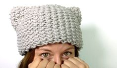 How to Loom Knit a Kitty Hat (Cat Ears Hat) [SUPER EASY] - DIY TUTORIAL. This step-by-step tutorial shows you how to loom knit a pussy hat (or cat ears hat) in a super easy and fast way. In this tutorial you will learn: - How to cast on stitches on the Round Loom Knitting, Loom Knitting Projects, Loom Knitting Patterns, Knitting Videos, Knitting Tutorials, Knitting Stitches, Free Knitting, Loom Hats, Loom Knit Hat