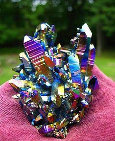 Arco-íris de Titânio em um cristal de quartzo. Moléculas de titânio ligadas ao quartzo através de carga estática. O titânio é um dos mais fortes e mais belos dos metais, exibindo um conjunto de cores incríveis como aparece nesta peça
