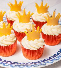 Speciaal voor Koningsdag maakte ik deze cupcakes: heerlijk luchtige vanille-cupcakes versierd met een toef botercrème en een gouden marsepeinkroontje!