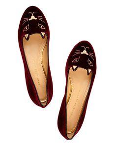De loafers a bailarinas, los zapatos planos más chic. Zapatillas de gato de terciopelo con brocado, de Charlotte Olympia.