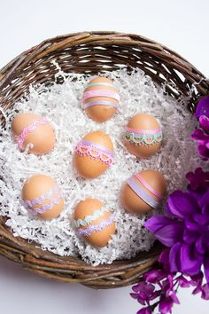 Wrap adhesive ribbon around brown eggs for a gorgeous no-dye egg decorating idea! Diy Projects Easter, Spring Projects, Easter Crafts, Holiday Crafts, Easter Ideas, Ribbon Wrap, Diy Ribbon, Ribbon Rose, Easter Candy