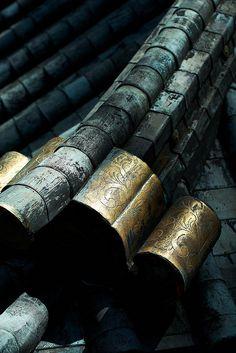 Roof details of Nikko Toshogu shrine, Japan. Photography by Bernard Languillier Nikko, Samurai, Japanese Architecture, Architecture Details, Japanese Design, Japanese Art, Japanese Temple, Japanese House, Katana