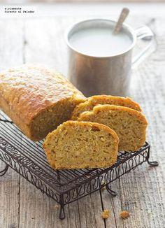 Desayunar sanote y con poco azúcar no tiene porque ser sinónimo de aburrido, y prueba de ello es este sabroso cake de copos de avena y zanahoria que os he pr...