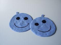 Grydelapper hækle gratis opskrift smiley Chrochet, Knit Crochet, Crochet Potholders, Emoticon, Pot Holders, Free Pattern, Crochet Earrings, Coin Purse, Homemade