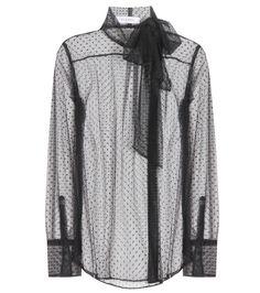 Valentino - Blouse à col lavallière en tulle à plumetis - Succombez à cette blouse sensuelle en tulle à plumetis noirs. Issue de la collection automne-hiver Valentino, elle présente un col lavallière raffiné ainsi qu'un boutonnage décentré pour la touche de modernité. Portez-la le soir, associée à une jupe ou un pantalon noirs. seen @ www.mytheresa.com