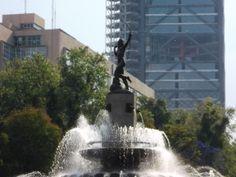 La Diana Cazadora. Su construcción inició en1938. El diseño de la fuente estuvo a cargo del arquitectoVicente Mendiola Quezada, y la escultura fue realizada por el escultorJuan Fernando Olaguíbel, siendo inaugurada el 10 de octubre de1942por el entonces presidenteManuel Ávila Camacho. Representa a la diosa ArtemisaoDiana (el equivalente de Artemisa en el español), deidad de la cacería. Es uno de los íconos más conocidos y representados de la capital mexicana.