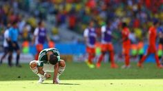 Un abatido Javier Hernández, de México, tras la derrota de su selección por parte de Holanda por 2-1, en el estadio de Castelão, el 29 de junio en Fortaleza. Foto Michael Steele/Getty Images.