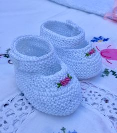 Knit Baby Booties, Knit Boots, Baby Boots, Knitting For Kids, Baby Knitting Patterns, Crochet Baby, Knit Crochet, Baby Chucks, Baby Head