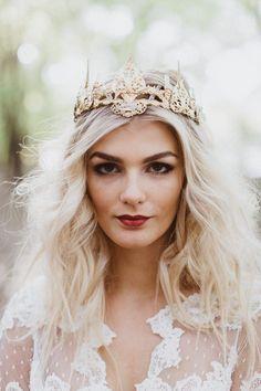 51 best Bridal Hair/Crowns/Makeup/Veil's Trends 2018 images on … - Meine Frisuren Bridal Crown, Bridal Tiara, Bridal Headpieces, Bridal Jewelry, Jewelry Gifts, Jewelery, Edgy Wedding, Wedding Bride, Wedding Styles