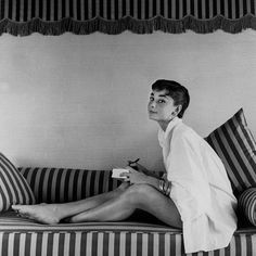 Vanity Fair - Happy Birthday, Audrey Hepburn: Our Favorite Shots of the Hollywood Legend The Black Swan, Audrey Hepburn Mode, Audrey Hepburn Photos, Aubrey Hepburn, Lauren Bacall, Golden Age Of Hollywood, Vintage Hollywood, Old Hollywood Style, Hollywood Glamour