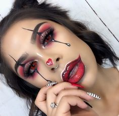 Are you looking for inspiration for your Halloween make-up? Browse around this site for cute Halloween makeup looks. Halloween Makeup Clown, Fröhliches Halloween, Pretty Halloween, Cute Clown Makeup, Halloween Tutorial, Halloween Parties, Halloween Costumes, No Foundation Makeup, Makeup Ideas