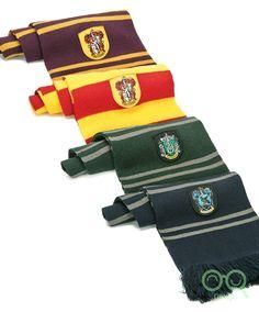 Queste caldissime sciarpe sono tratte dai film di Harry Potter: sono indossate dagli studenti della scuola di Magia e Stregoneria di Hogwarts. Ognuna ha su ricamato lo stemma della casa a cui appartiene: Grifondoro, Serpeverde, Tassorosso e Corvonero. Sono lunghe 190 cm, come quelle che indossano gli attori nei film della saga di Harry Potter.