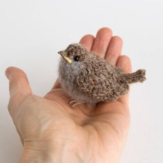 Baby realistisch Vogel Faser Kunst Sperling A cute young sparrow. It is hand-crocheted from Shetland Crochet Birds, Crochet Art, Hand Crochet, Crochet Toys, Crochet Unique, Knitted Animals, Felt Animals, Baby Sparrow