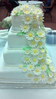 Square cake, white and daisies - White Wedding cake with fondant diasies cascading down