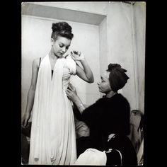 Sculpting Fashion: Madame Grès - A Biography Madame Gres, Fashion History, World Of Fashion, Fashion Art, Hubert Givenchy, Face Proportions, Vintage Outfits, Vintage Fashion, Goddess Dress