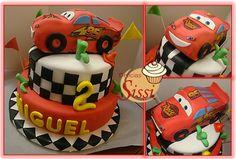 Torta de keke de vainilla con chocochip relleno de manjar y decorado con motivos de cars. El auto es keke cubierto con foundant.