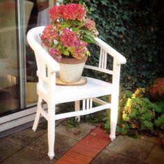 Oude koloniale stoel van de Pelgrimshoeve opgeknapt om buiten te gebruiken.