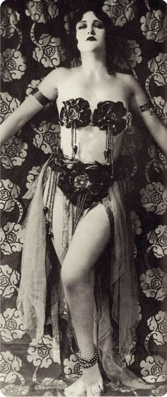 JOAN CRAWFORD mid giving us the full VAMP treatment, wearing much less than normal. From Joan Crawford The Ultimate Star by Alexander Walker. Vintage Glamour, Vintage Girls, Vintage Beauty, Vintage Fashion, Fashion 1920s, Edwardian Fashion, Gothic Fashion, Vintage Hollywood, Hollywood Glamour