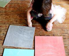 Los peques disfrutan pintando así que permitamos que aflore su creatividad. Dejemos el papel y la cartulina y preparemos un nuevo soporte para pintar. En ABeautifulMessnos enseñan cómo hacer la me…