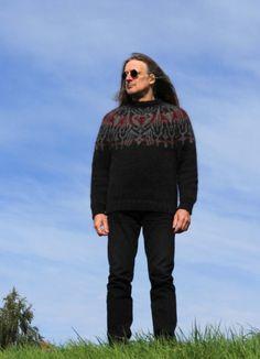 Dieser schulterbetonende Pullover - im Stil der *Islandpullover*  *ohne Nähte* gestrickt -  unterstreicht vorteilhaft die männliche Silhouette....