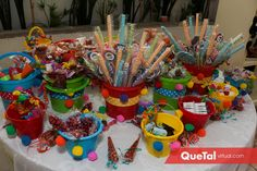 Una mesa de dulces llena de colores.