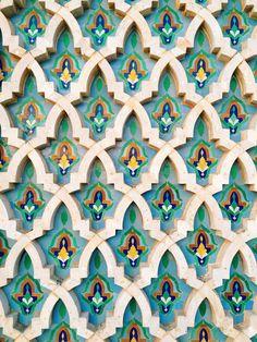 The pattern on the walls of Hassan II Mosque Moroccan Art, Moroccan Tiles, Tile Patterns, Pattern Art, Art Marocain, Motif Oriental, Moroccan Pattern, Tile Art, Marble Tiles