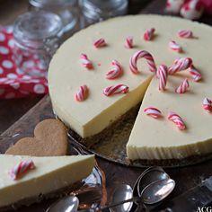 Ostekake med pepperkakebunn er den ultimate dessertkaken til advent og jul. Med en frisk smak av klementiner og pyntet med julegodteri blir den er festkake!
