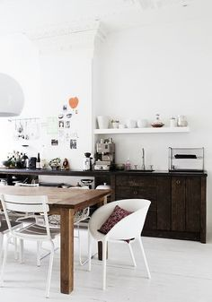 Great kitchen design and decoration ideas - Are you re-decorating your kitchen? Browse through ideas of kitchen design and colours to create your perfect home. Click the link for Modern Kitchen Design, Interior Design Kitchen, Küchen Design, Home Design, Design Ideas, Floor Design, Eat In Kitchen, Kitchen Dining, Rustic Kitchen