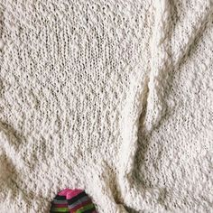 Cozy stockinette for days! Pic by @greenletterday of our Sister yarn in color Soft Ivory. All the ❤️ for this knit blanket!