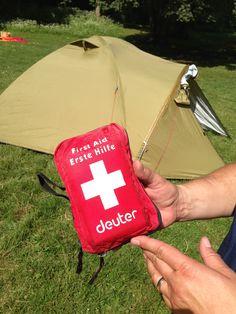 Erste-Hilfe-Set: Wer nicht mit dem Auto reist, sollte einen separates kleines Erste-Hilfe-Set mitnehmen, um für den Notfall gerüstet zu sein.