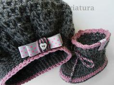 Botas de bebé y gorro de bebé gris con lunares  de Maravillosa Criatura por DaWanda.com