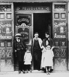 Barber Shop Interior, Barber Shop Decor, Foto Madrid, Estilo Retro, Vintage Photos, Facade, Retro Vintage, Barcelona, Black And White