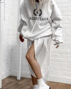 Shared by Find images and videos about fashion, street style and looks on We Heart It - the app to get lost in what you love. Go To New York, Athleisure Fashion, Blank Canvas, Grey Fashion, All White, Pretty Outfits, That Look, Street Style, Clothes